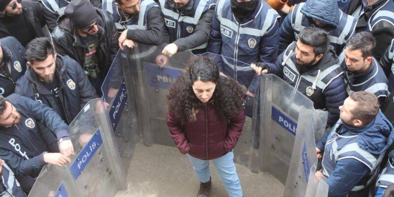 Ebru Günay accerchiata dalla polizia