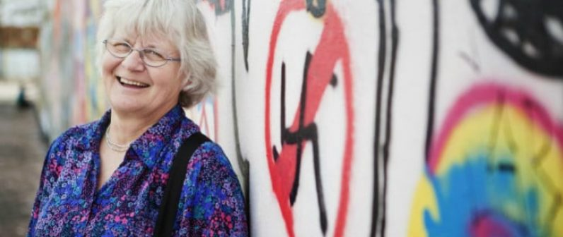 Irmela Mensah-Schramm la signora berlinese che passa le sue giornate a cancellare dai muri scritte omofobe e razziste