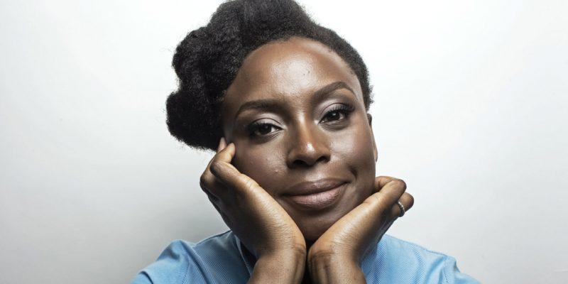 Chimamanda Ngozi Adichie è romanziera, saggista, autrice teatrale. Nelle sue opereparla della Nigeria, di razzismo, relazioni umane e di femminismo., essere femministi