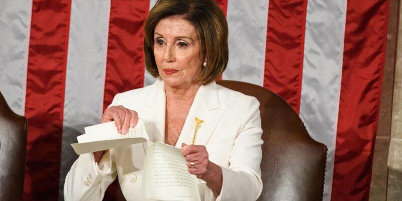 Nancy Pelosi straccia il discorso di Trump